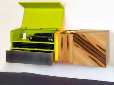geöffnet wirkt das möbel laut und besticht durch farb- und materialvielfalt.