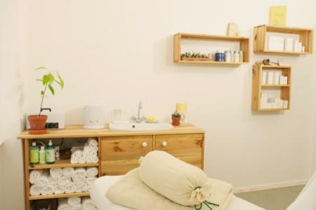 waschtisch und verkaufspräsentation für kosmetikprodukte, organische inhaltsstoffe und natürlichkeit stehen auch bei der angebotenen kosmetik im vordergrund.
