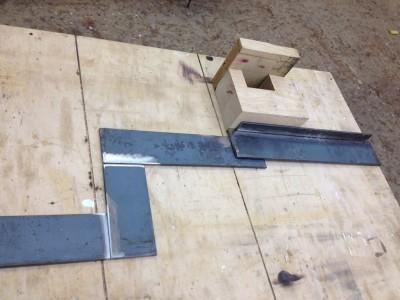 Die Treppenwngen fertige ich aus Bannstrahl, 80x8. hier habe ich beim zusammenlegen den Fehler gemacht die Materialstarke der Auftritte zu vergessen und musste die Wangen später nochmal an einer Stelle auseinandeschneiden und mit Zwischenstück neu zusammenschweißen.