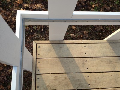 Detail Ecke, auf Gehrung abgesetzter Falz, Teilung, Geländer.