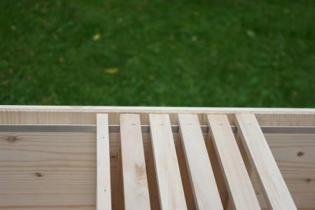 als rähmchenauflage gibt es langsseits ein aluminiumprofil somit können die bienen die rähmchen nicht mit propolis festkleben.