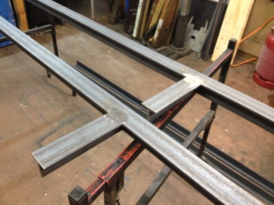 und die Schweißnähte verschliffen. Metallarbeiten wieder in der offenen Werkstatt bei Kunststoffe in Pankow.