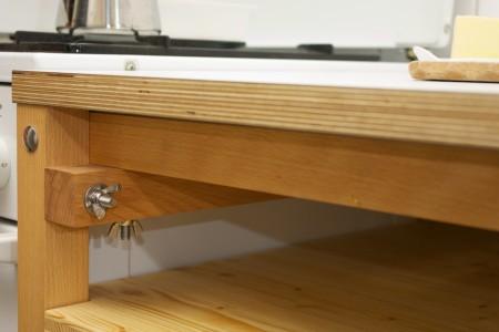 Detail Küchenkorpus, Buche Massivholz, Birke multiplex mit Resopalbeschichtung, Schrauben und Muttern Edelstahl.