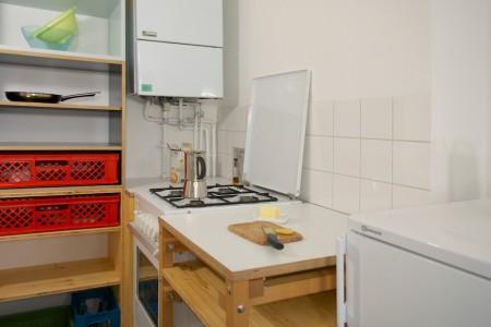 Ansicht Küchenkorpus, Herd, Hochregal, Siebdruckplatte, Dröeichischtplatte Fichte, Bächkerkisten, Lack.