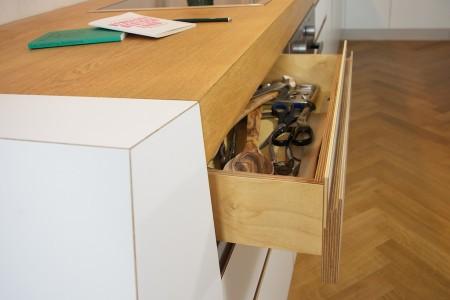 Schubkasten aus Birke multiplex, Ecken gespundet mit Front aus 21mm Melanin beschichtetem Multiplex und eingefräster Griffnut.
