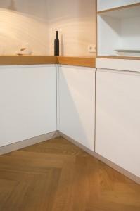 Detail Innenecke mit durchlaufendem Fugenbild und umlaufenden Sockel.