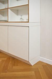 Detail Gehrungsanschlag für die Tür, Sockel und Wandanschluß.