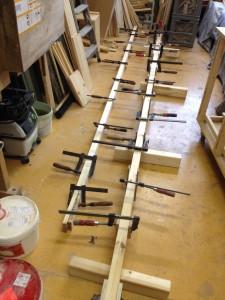 aufdoppeln der langen traghölzer, die später +-4m den raum diagonal überragen.